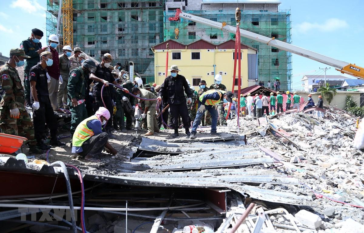 Lực lượng cứu hộ tìm kiếm nạn nhân tại hiện trường vụ sập nhà ở Sihanoukville, tỉnh Preah Sihanouk, Campuchia, ngày 24/6/2019. (Ảnh: THX/TTXVN)