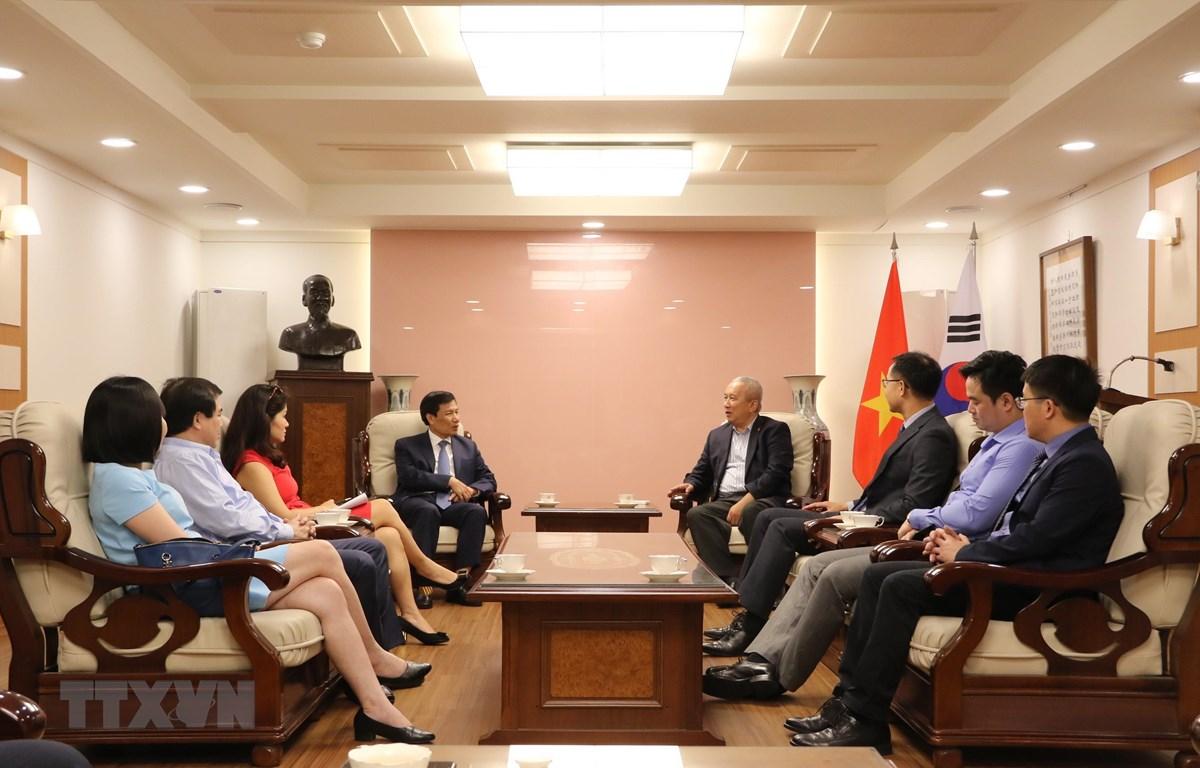 Quang cảnh cuộc làm việc của Đoàn công tác của Bộ Văn hóa, Thể thao và Du lịch Việt Nam với Đại sứ quán Việt Nam tại Hàn Quốc. (Ảnh: Mạnh Hùng/TTXVN)