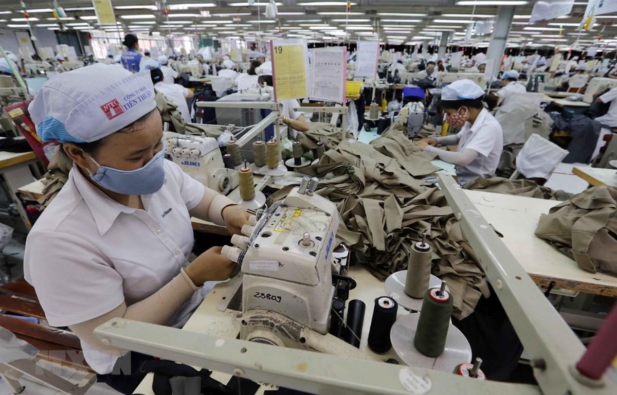 Công ty TNHH May Tiến Thuận, thành phố Phan Rang, tỉnh Ninh Thuận chuyên gia công quần áo xuất khẩu sang thị trường châu Âu và các thị trường khác. (Ảnh: Trần Việt/TTXVN)