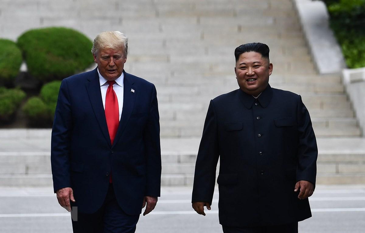 Tổng thống Mỹ Donald Trump (trái) và nhà lãnh đạo Triều Tiên Kim Jong-un trong cuộc gặp ở tại làng đình chiến Panmunjom ở biên giới liên Triều ngày 30/6/2019. (Ảnh: AFP/TTXVN)
