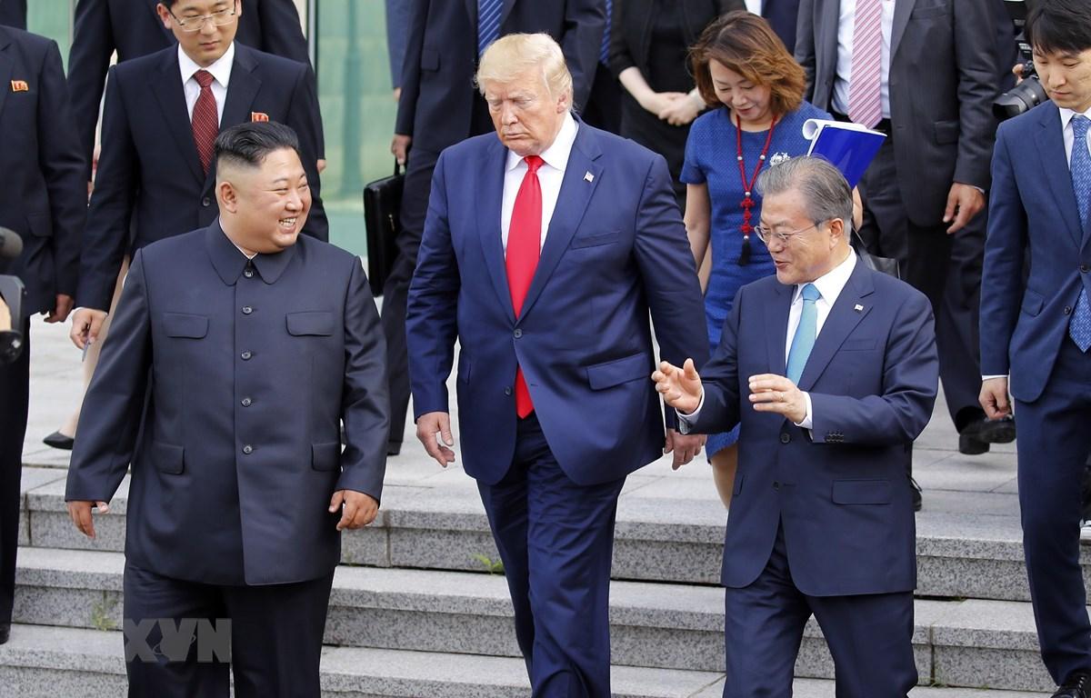 (từ trái sang): Nhà lãnh đạo Triều Tiên Kim Jong-un, Tổng thống Mỹ Donald Trump và Tổng thống Hàn Quốc Moon Jae-in tại cuộc gặp ở Khu phi quân sự (DMZ) ngày 30/6/2019. (Ảnh: Yonhap/TTXVN)