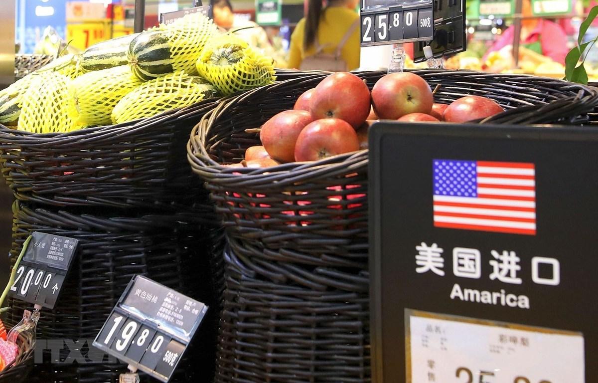 Hoa quả nhập khẩu từ Mỹ được bày bán tại một siêu thị ở Bắc Kinh, Trung Quốc. (Ảnh: TTXVN phát)