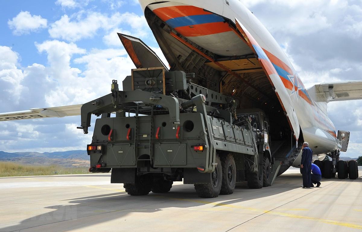 Máy bay vận tải quân sự Antonov của Nga chở hệ thống phòng thủ tên lửa S-400 hạ cánh tại căn cứ không quân Murted ở Ankara, Thổ Nhĩ Kỳ ngày 12/7/2019. (Ảnh: THX/TTXVN)