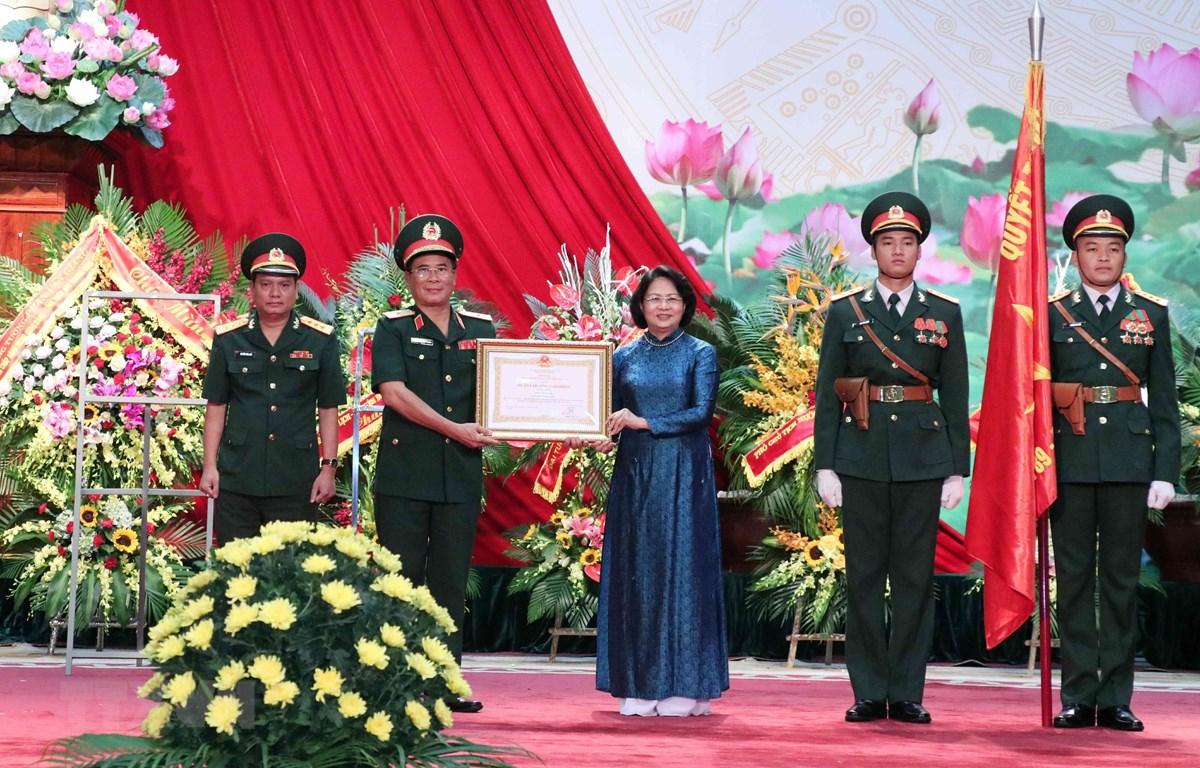 Phó Chủ tịch nước Đặng Thị Ngọc Thịnh trao Huân chương Lao động hạng Nhất cho Tổng công ty 789. (Ảnh: Văn Điệp/TTXVN)