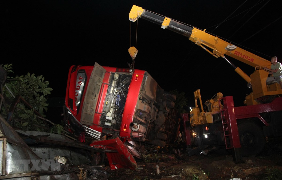 Công tác cứu hộ, cứu nạn được triển khai tại hiện trường vụ tai nạn. (Ảnh: TTXVN phát)