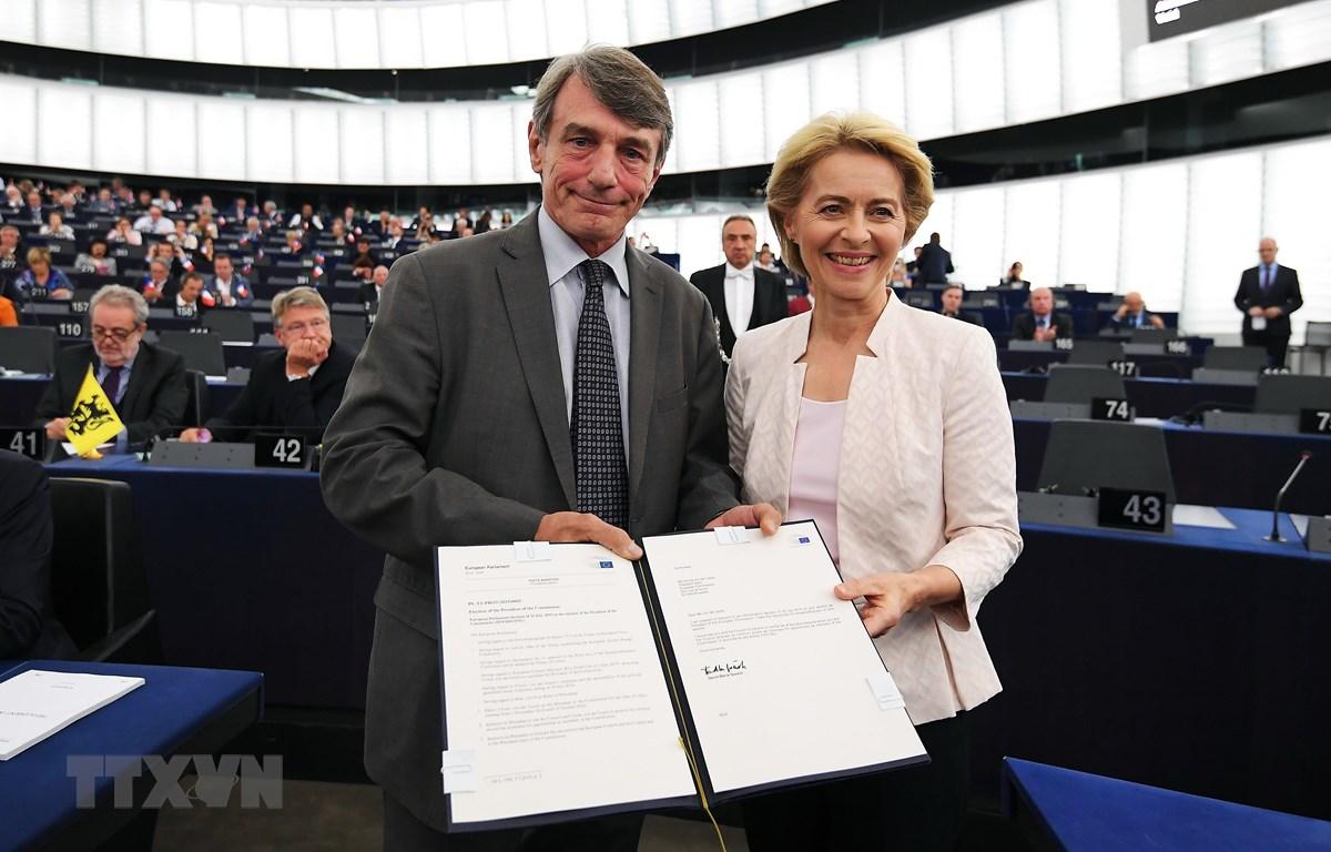 Chủ tịch Nghị viện châu Âu David-Maria Sassoli (trái) chúc mừng tân Chủ tịch Ủy ban châu Âu (EC) Ursula von der Leyen (phải) vừa đắc cử tại trụ sở Nghị viện châu Âu ở Strasbourg, Pháp ngày 16/7/2019. (Ảnh: AFP/TTXVN)