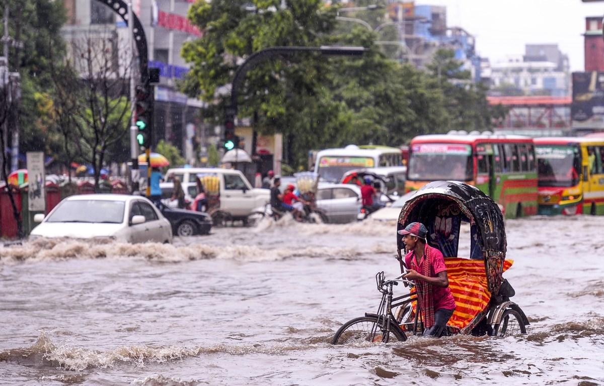 Cảnh ngập lụt tại Dhaka, Bangladesh, ngày 12/7. (Ảnh: AFP/TTXVN)