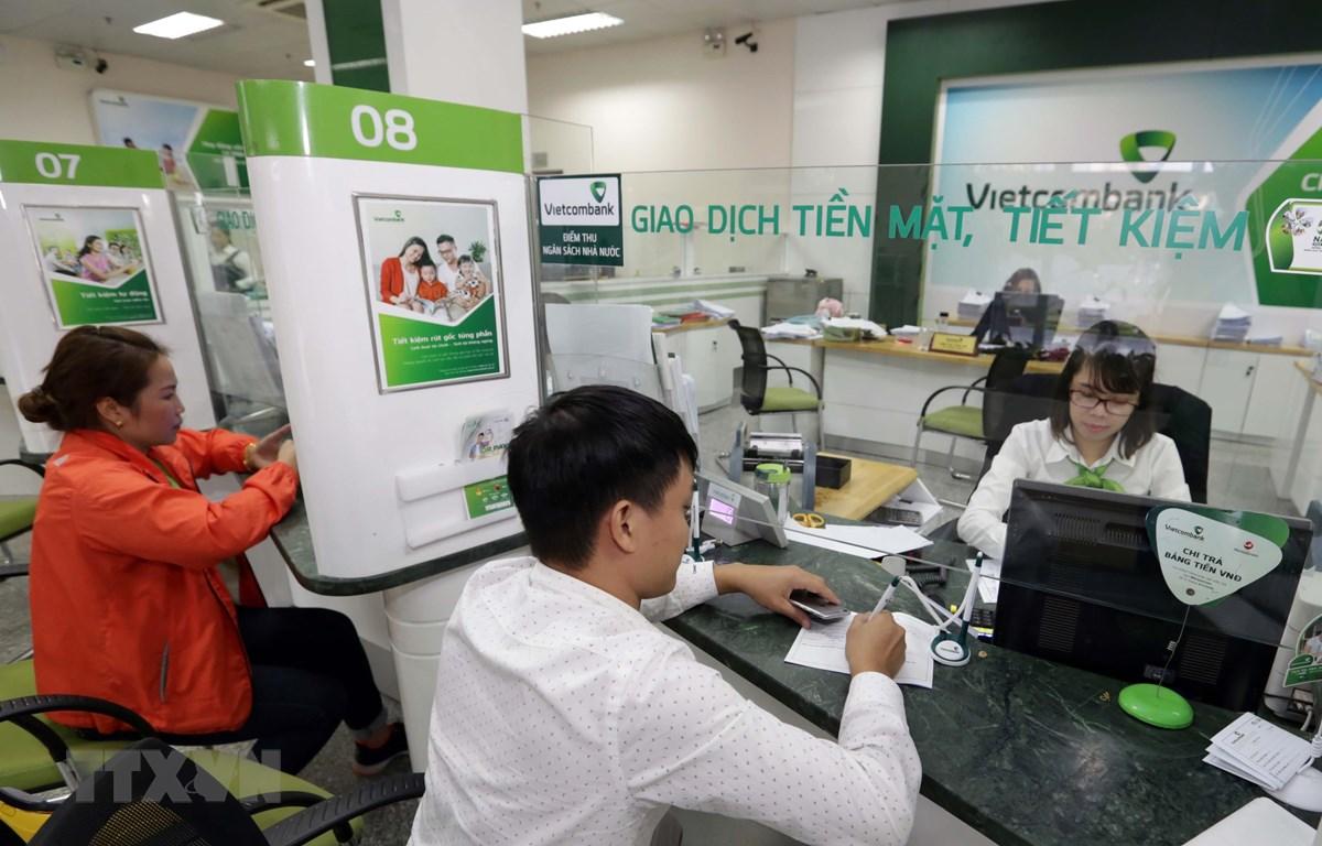 Khách hàng giao dịch tại Vietcombank. (Ảnh: Trần Việt/TTXVN)