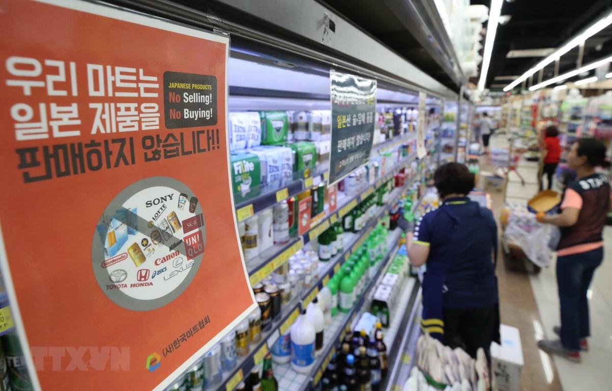 Một bảng thông báo về việc siêu thị ở Hàn Quốc không bán hàng Nhật Bản nhằm trả đũa quyết định của Tokyo hạn chế xuất khẩu mặt hàng công nghệ cao cho Seoul. (Ảnh: AFP/TTXVN)