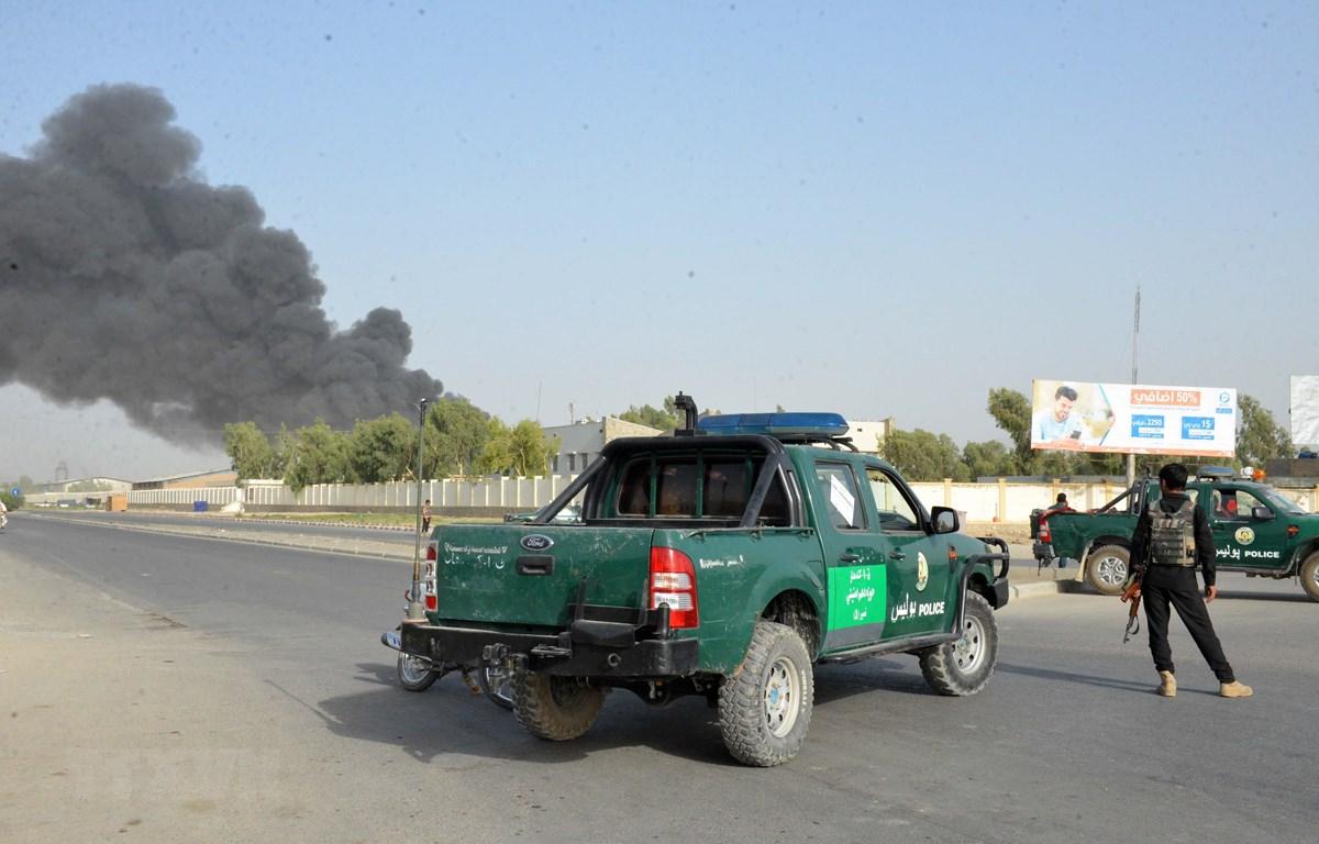 Cảnh sát Afghanistan phong tỏa hiện trường vụ đánh bom xe ở tỉnh Kandahar ngày 18/7/2019. (Ảnh: THX/TTXVN)