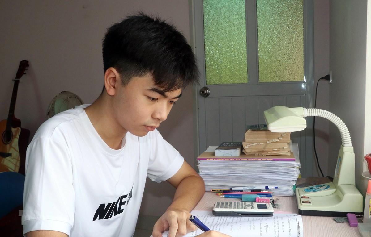 Em Đào Mạnh Tuấn (học sinh lớp 12 Toán 1), Trường Trung học phổ thông Lê Hồng Phong, thành phố Nam Định, Thủ khoa khối A1 của tỉnh Nam Định. (Ảnh: Nguyễn Lành/TTVXN)