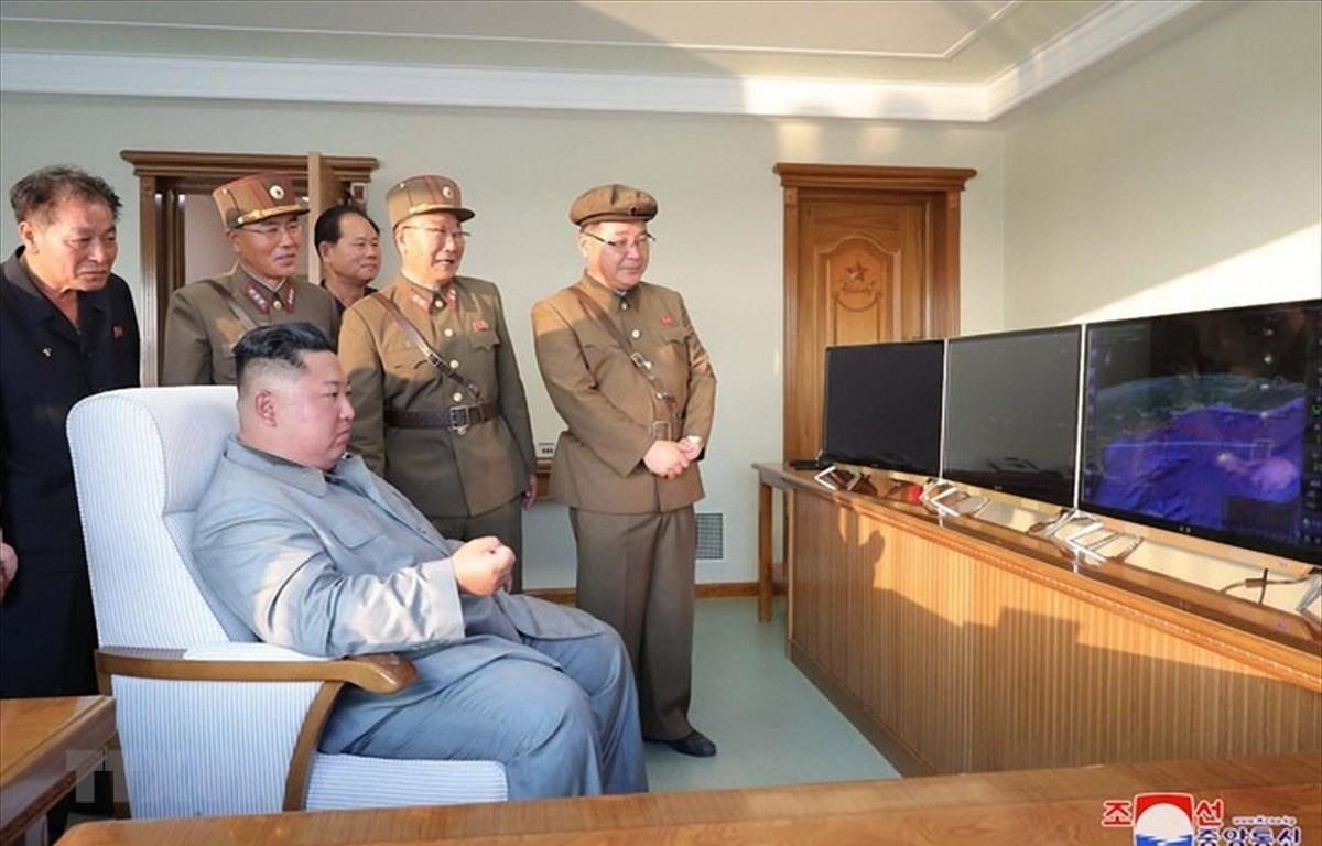 Nhà lãnh đạo Triều Tiên Kim Jong-un (trái, phía trước) thị sát một vụ phóng tên lửa chiến thuật mới tại thị trấn ven biển phía Đông Wonsan ngày 25/7/2019. (Ảnh: Yonhap/TTXVN)