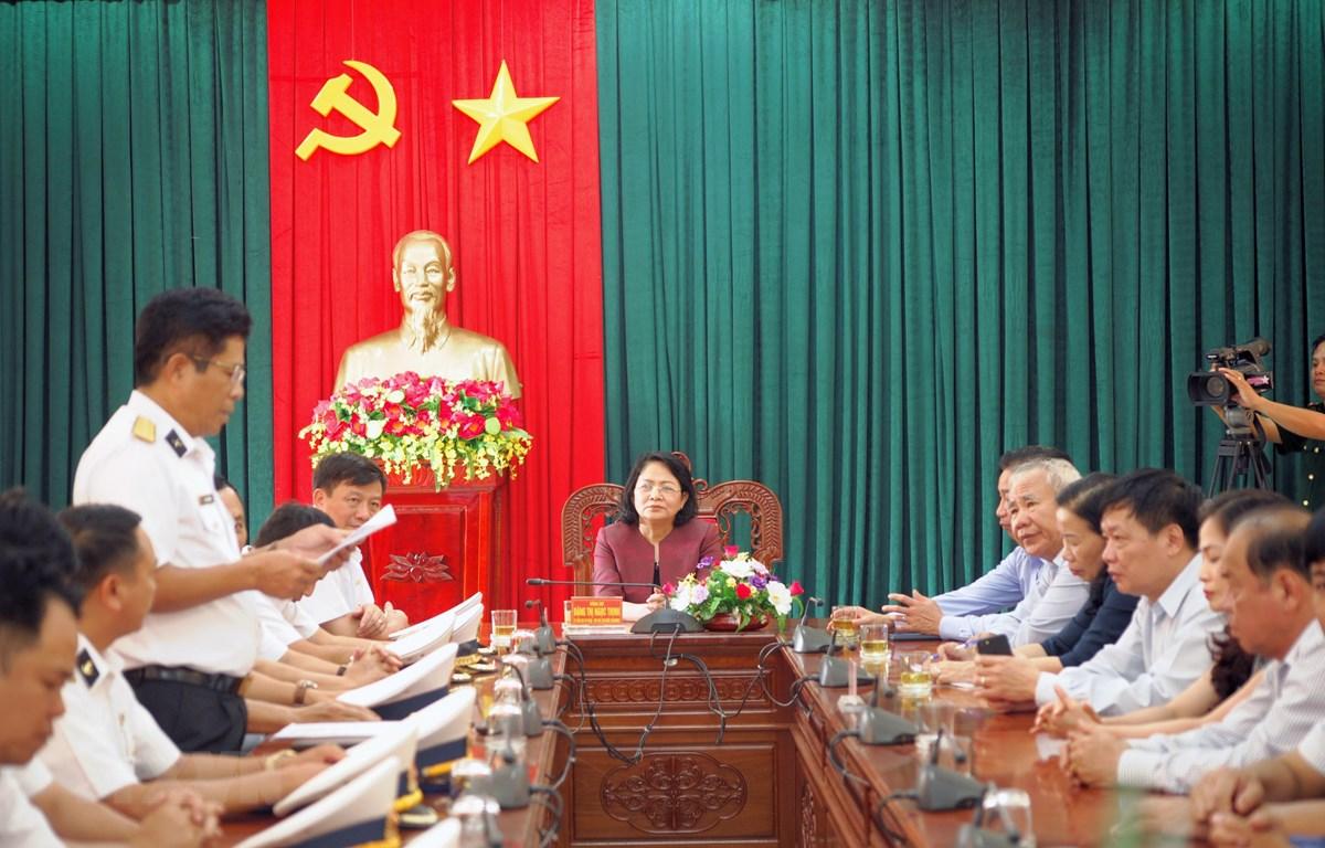 Phó Chủ tịch nước Đặng Thị Ngọc Thịnh làm việc với Bộ Tư lệnh Vùng 4 Hải quân. (Ảnh: Tiên Minh/TTXVN)