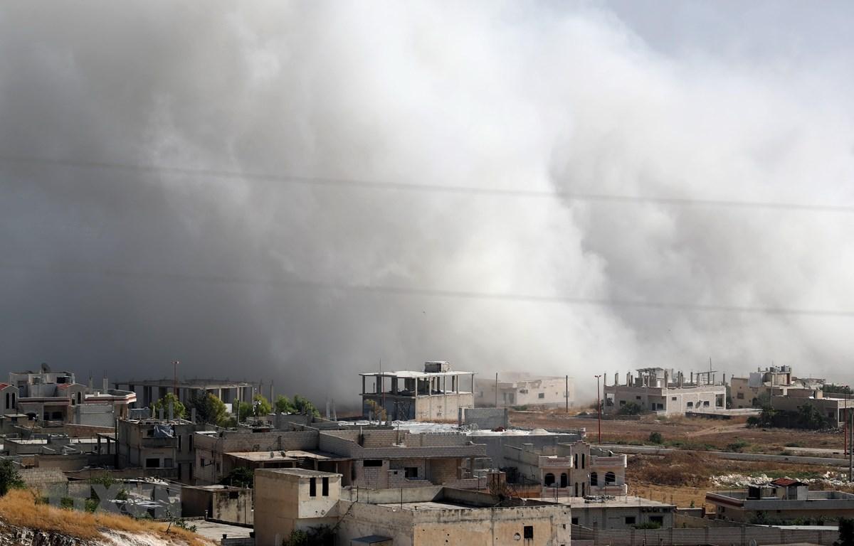 Khói bốc lên sau một cuộc không kích tại tỉnh Idlib, Syria ngày 19/7/2019. (Ảnh: AFP/TTXVN)