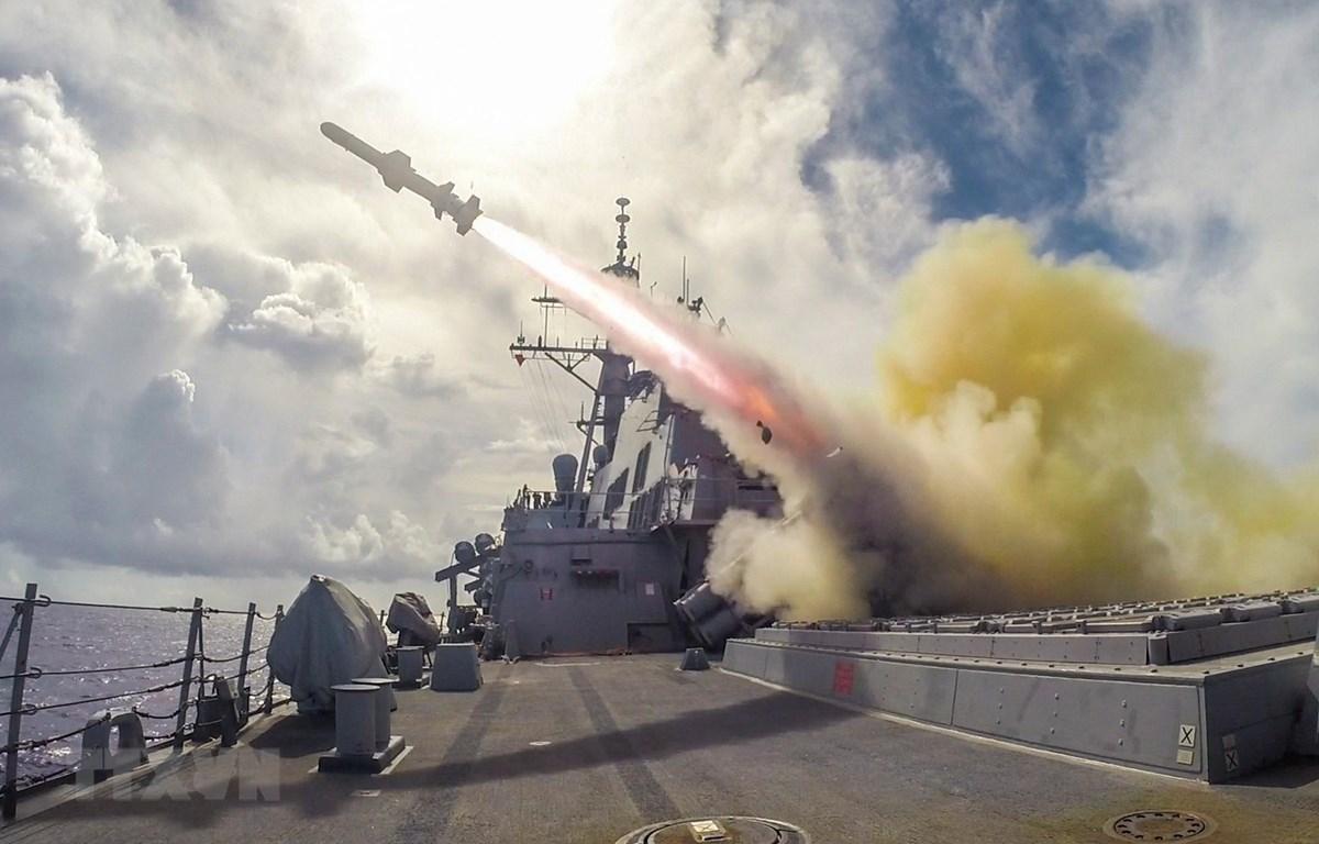 Tên lửa Harpoon được phóng từ tàu khu trục USS Fitzgerald của Mỹ trong cuộc tập trận bắn đạn thật trên biển gần Guam. (Ảnh: AFP/TTXVN)