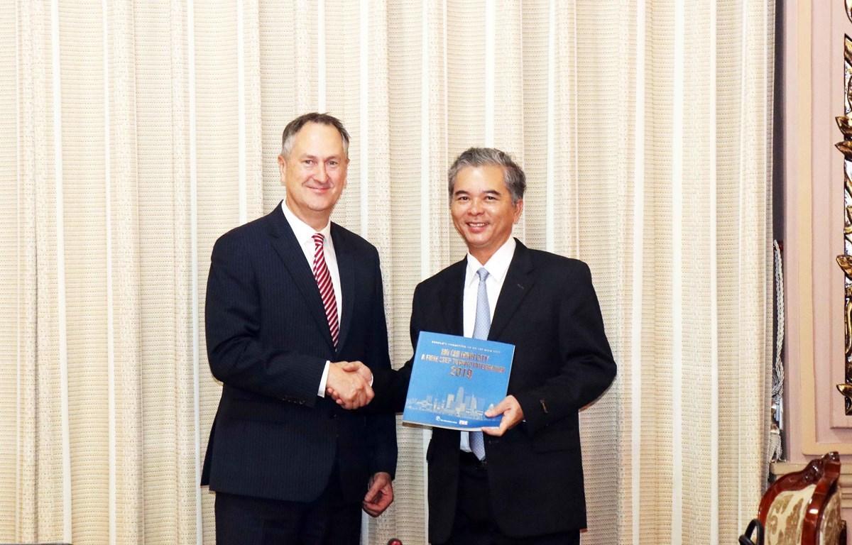 Phó Chủ tịch ủy ban Nhân dân Thành phố Hồ Chí Minh tiếp ông Chris Clark. (Ảnh: Xuân Khu/TTXVN)