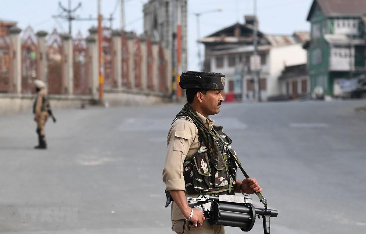 Binh sỹ bán quân sự Ấn Độ gác trong thời gian áp đặt lệnh giới nghiêm tại Srinagar, thủ phủ mùa hè thuộc bang Jammu-Kashmir do Ấn Độ kiểm soát ngày 5/8/2019. (Ảnh: AFP/TTXVN)