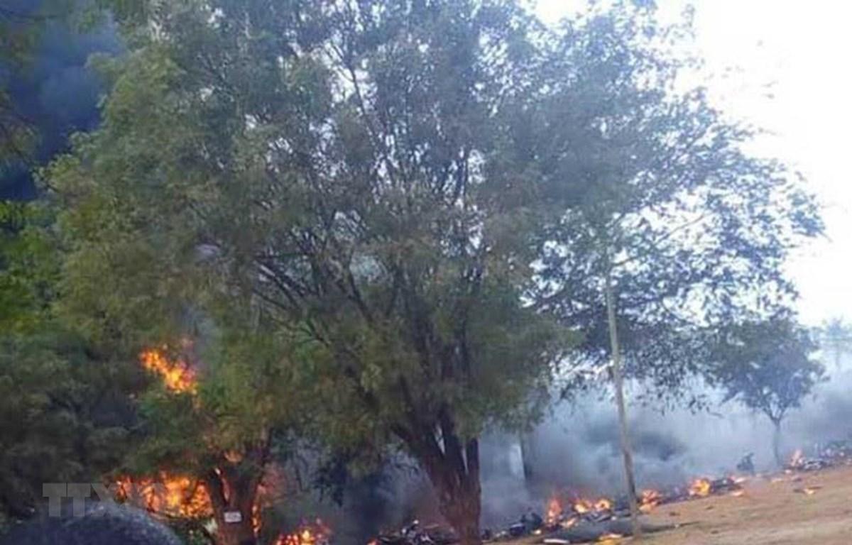 Thi thể các nạn nhân tại hiện trường vụ nổ xe chở xăng dầu ở thị trấn Morogoro, miền Đông Tanzania ngày 10/8/2019. (Ảnh: The Citizen/TTXVN)