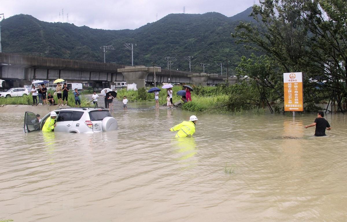 Cảnh ngập lụt sau những trận mưa lớn do ảnh hưởng của bão Lekima tại tỉnh Chiết Giang, Trung Quốc, ngày 10/8. (Ảnh: THX/TTXVN)