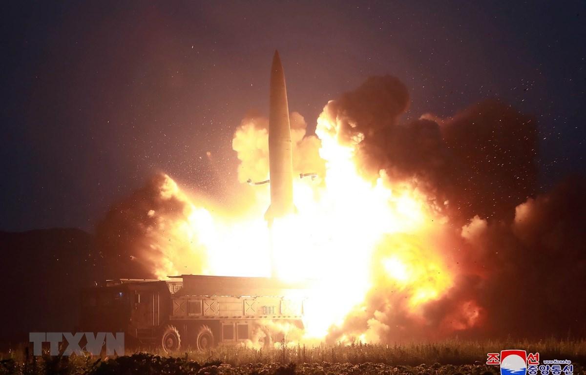 (Ảnh do Hãng thông tấn Trung ương Triều Tiên KCNA đăng phát ngày 7/8/2019): Vụ thử tên lửa chiến thuật thế hệ mới tại một địa điểm ở Triều Tiên, ngày 6/8/2019. (Ảnh: Yonhap/TTXVN)