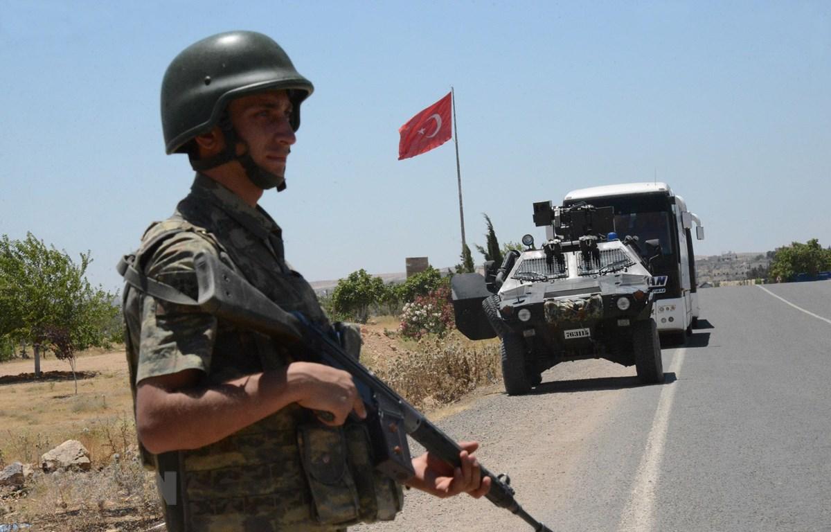 Binh sỹ quân đội Thổ Nhĩ Kỳ gác tại cửa khẩu Mursitpinar ở tỉnh Sanliurfa, giáp giới thị trấn Kobane của Syria. (Ảnh: AFP/TTXVN)