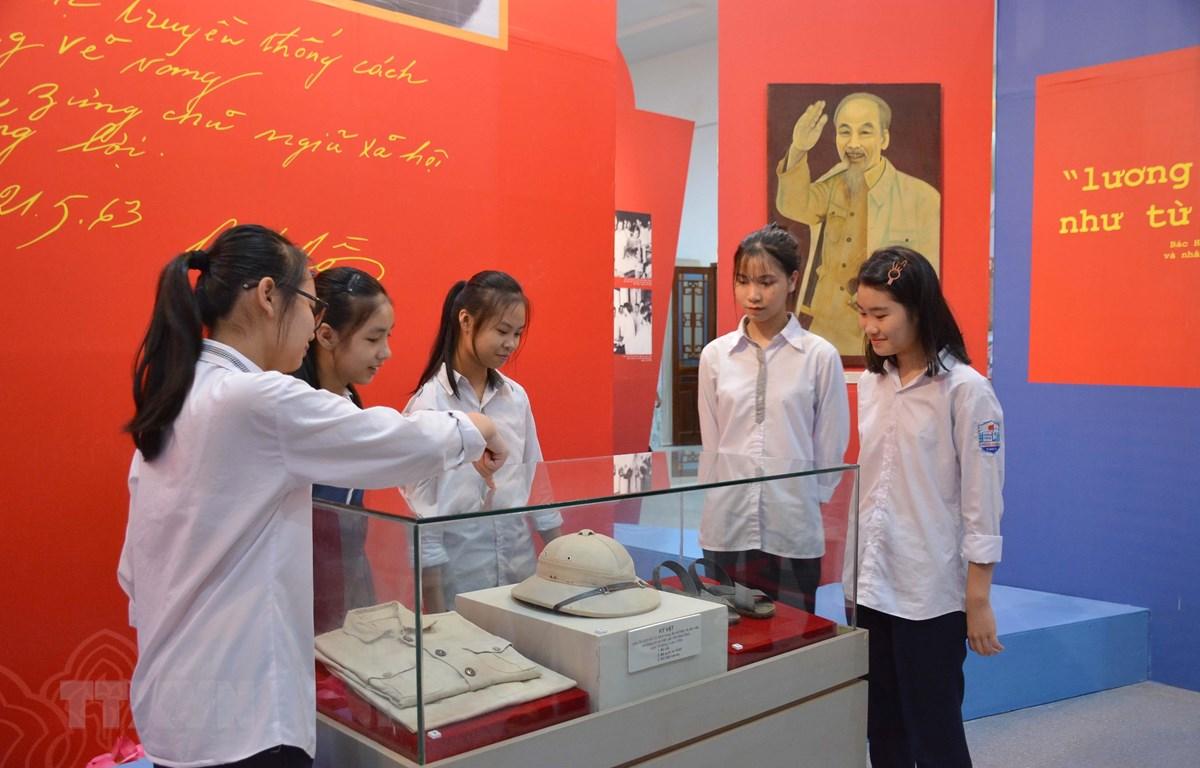 Học sinh tỉnh Nam Định xem Triển lãm '''50 năm thực hiện Di chúc của Chủ tịch Hồ Chí Minh và sự quan tâm của Bác với Đảng bộ và nhân dân tỉnh Nam Định''. (Ảnh Công Luật/TTXVN)
