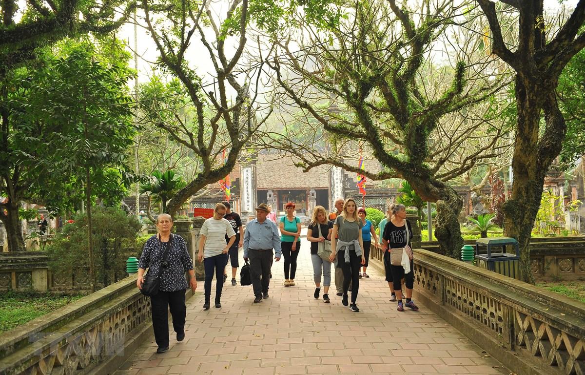 Đông đảo khách du lịch quốc tế tham quan tại khu di tích Cố đô Hoa Lư. (Ảnh: Minh Đức/TTXVN)
