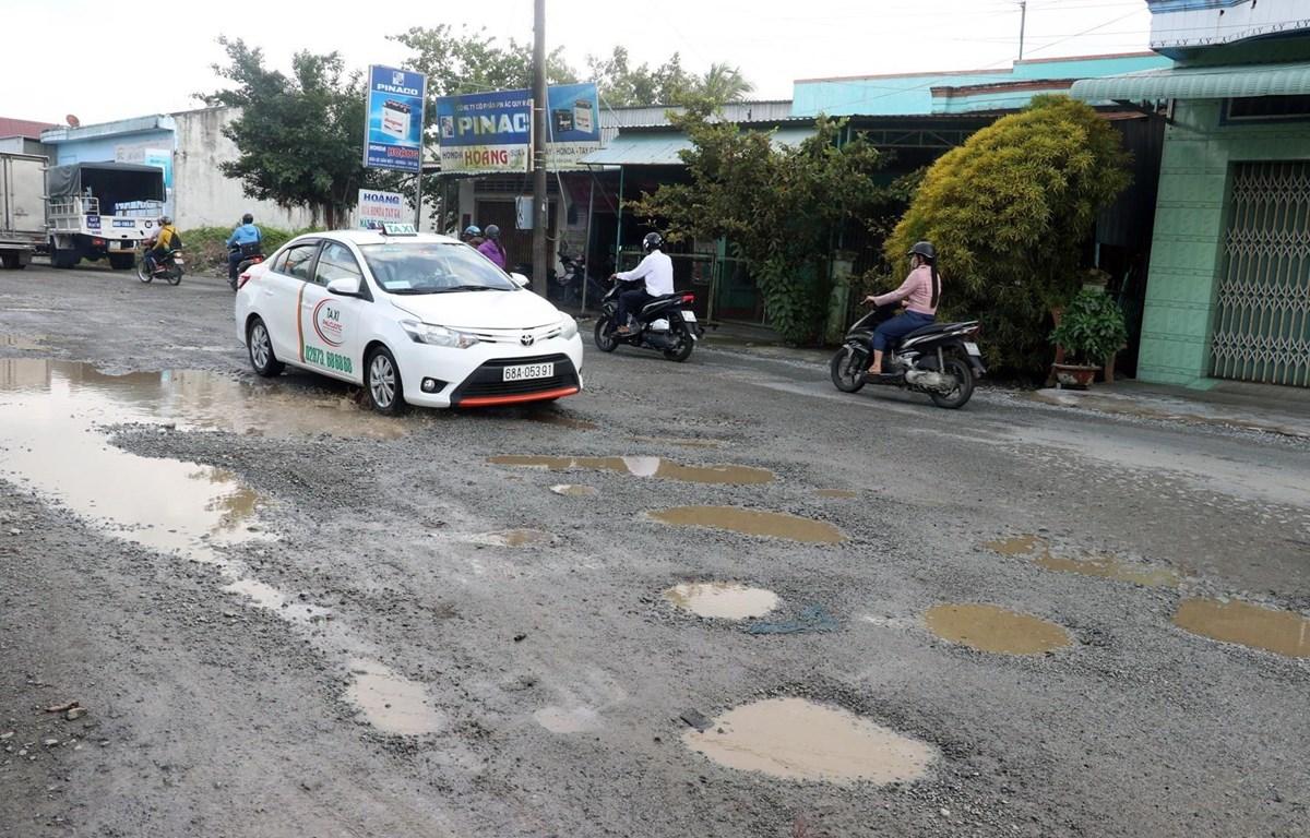 Quốc lộ 80, đoạn qua địa bàn huyện Hòn Đất (Kiên Giang) nhiều nơi xuống cấp, hư hỏng. (Ảnh: Lê Huy Hải/TTXVN)