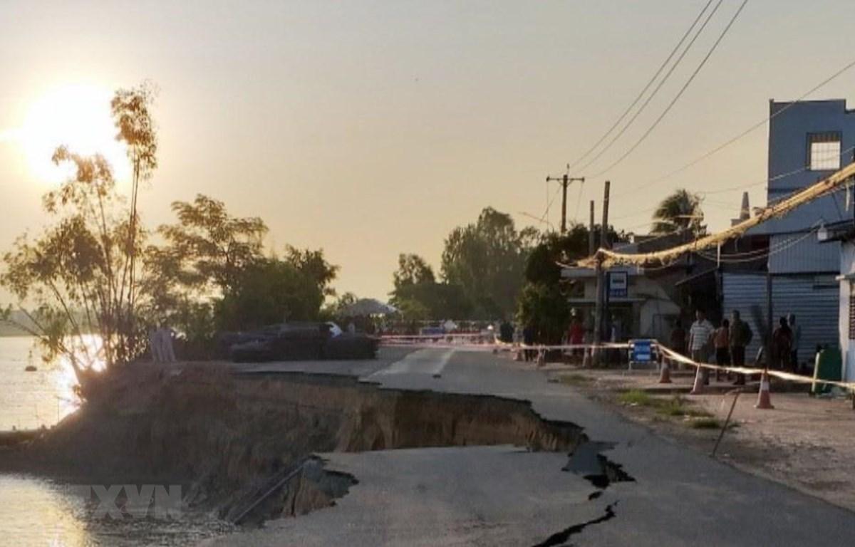 Quốc lộ 91 đoạn đi qua ấp Bình Tân, xã Bình Mỹ, huyện Châu Phú, tỉnh An Giang sạt lở ăn sát vào khu dân cư phía trong Quốc lộ 91. (Ảnh: Công Mạo/TTXVN)
