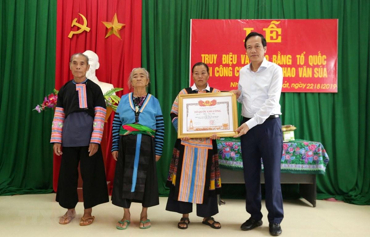 Bộ trưởng Bộ Lao động-Thương binh và Xã hội Đào Ngọc Dung trao Bằng Tổ quốc ghi công cho thân nhân Liệt sỹ Thao Văn Súa. (Nguồn: TTXVN)