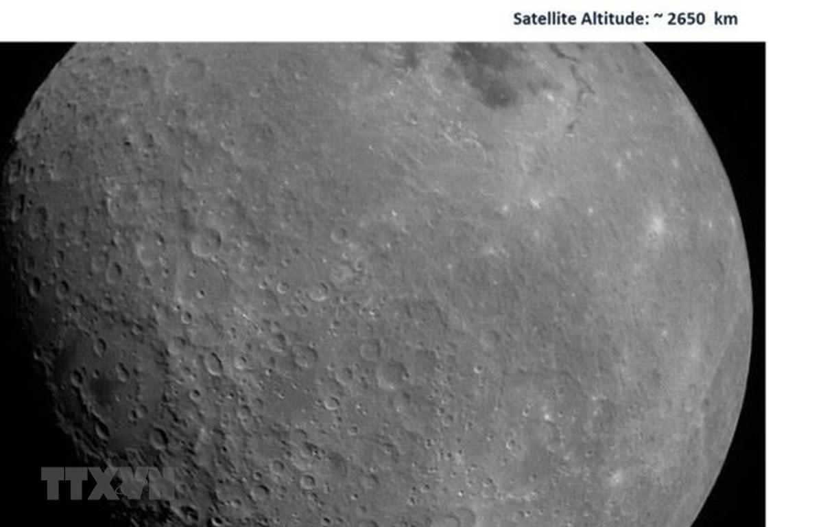 Hình ảnh đầu tiên về Mặt Trăng được chụp bởi tàu thăm dò Chandrayaan-2 của Ấn Độ. (Ảnh: ISRO/TTXVN)