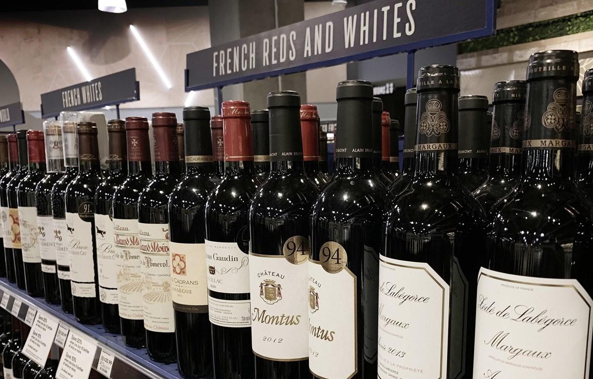 Các chai rượu của Pháp được bày bán tại siêu thị ở Los Angeles, California (Mỹ) ngày 18/8/2019. (Ảnh: AFP/TTXVN)