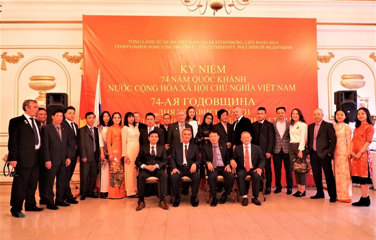 Các đại biểu và khách mời chụp ảnh lưu niệm. (Ảnh Dương Trí/TTXVN)
