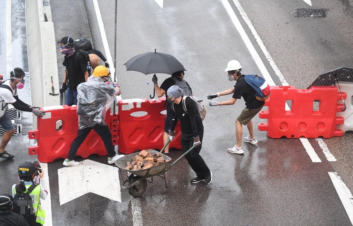 Người biểu tình bạo loạn dựng rào chắn để đối phó với cảnh sát tại Đặc khu hành chính Hong Kong (Trung Quốc) ngày 31/8/2019. (Ảnh: THX/TTXVN)