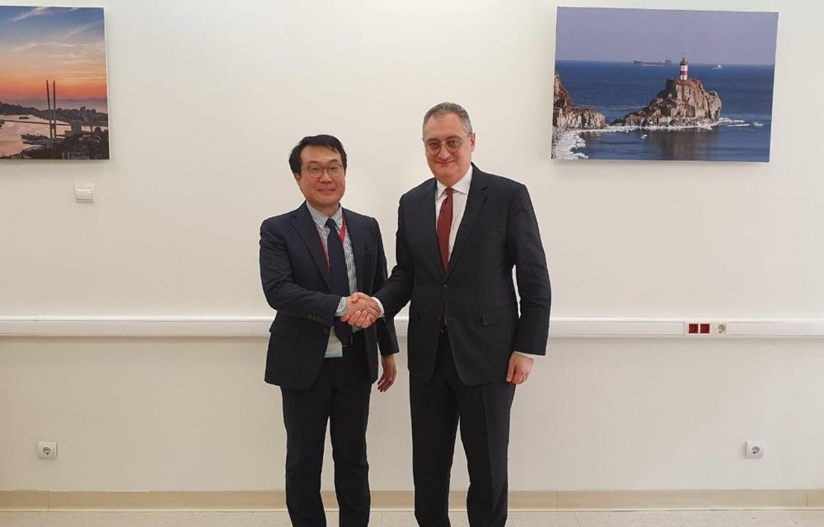 Ông Lee Do-hoon (trái) và ông Igor Morgulov trong cuộc gặp tại Vladivostok. (Nguồn: Yonhap)