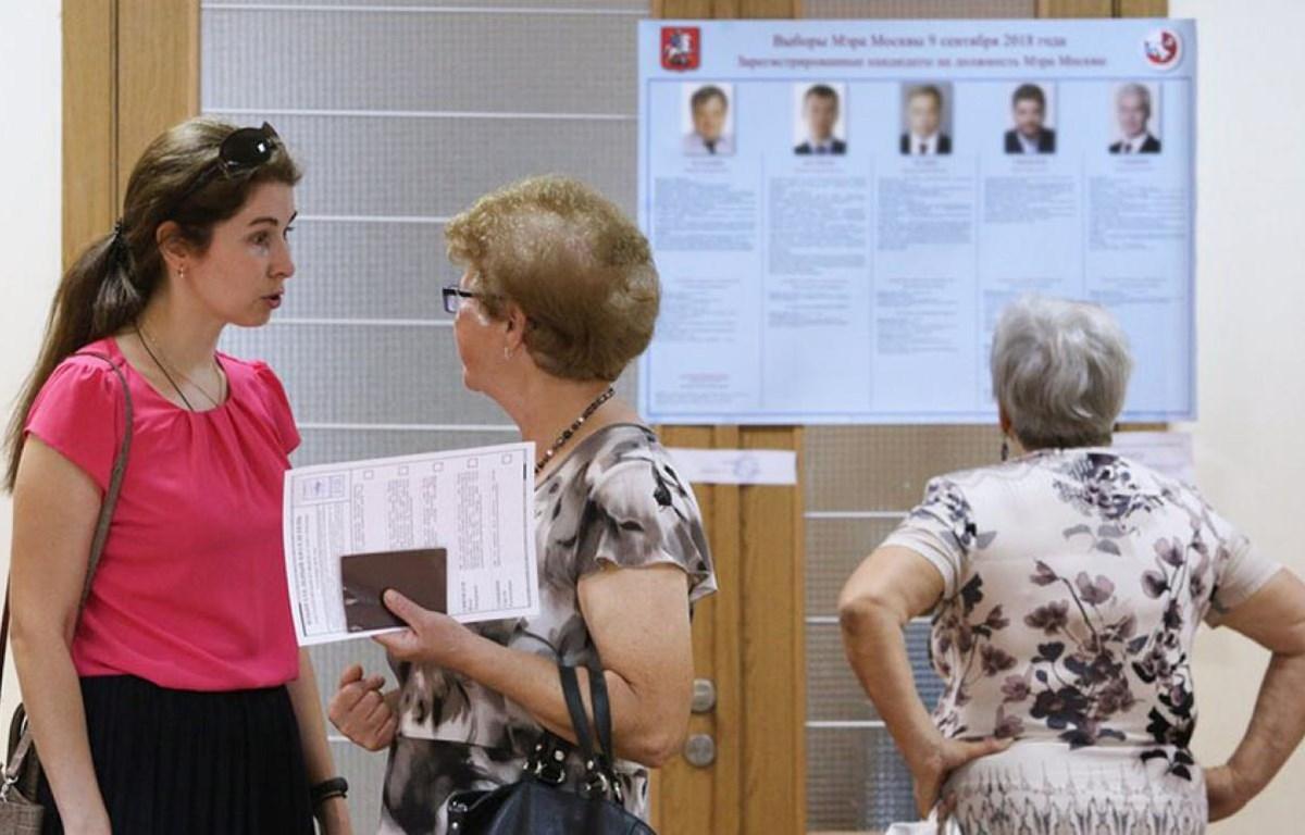 Người dân Nga tìm hiểu thông tin về các ứng cử viên. (Nguồn: Reuters)