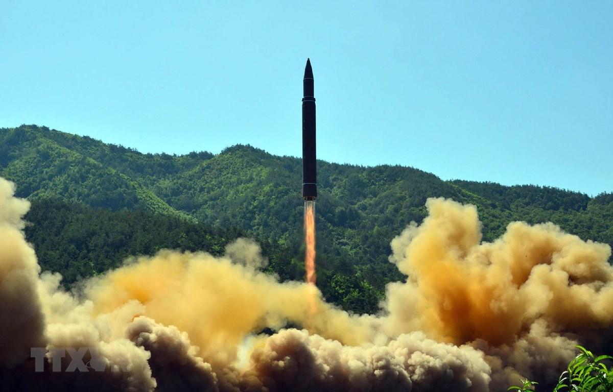Vụ thử tên lửa đạn đạo liên lục địa Hwasong-14 của Triều Tiên tại một địa điểm bí mật, ngày 4/7/2019. (Ảnh: AFP/TTXVN)