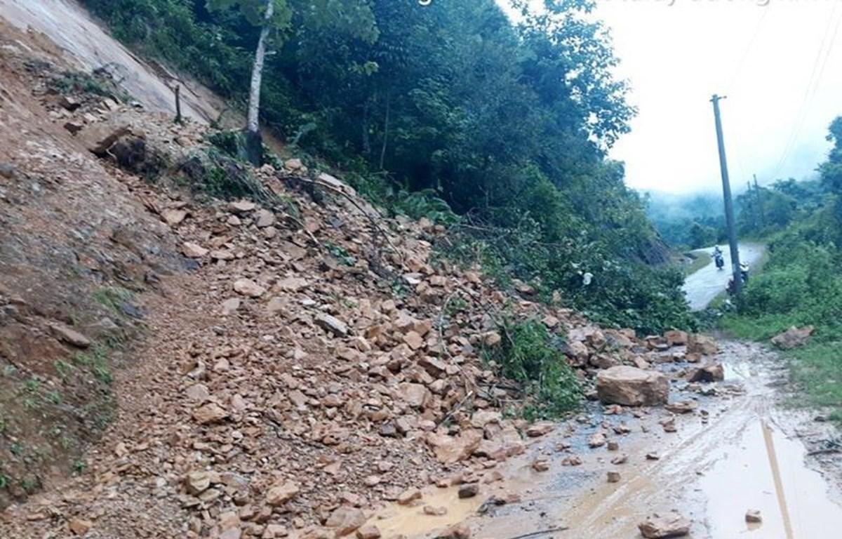 Tại km 9+100 trên tuyến đường tỉnh 133 nối huyện Tân Uyên và huyện Sìn Hồ xuất hiện lũ ống đất, đá tràn xuống mặt đường, gây ách tắc giao thông. (Ảnh: TTXVN phát)