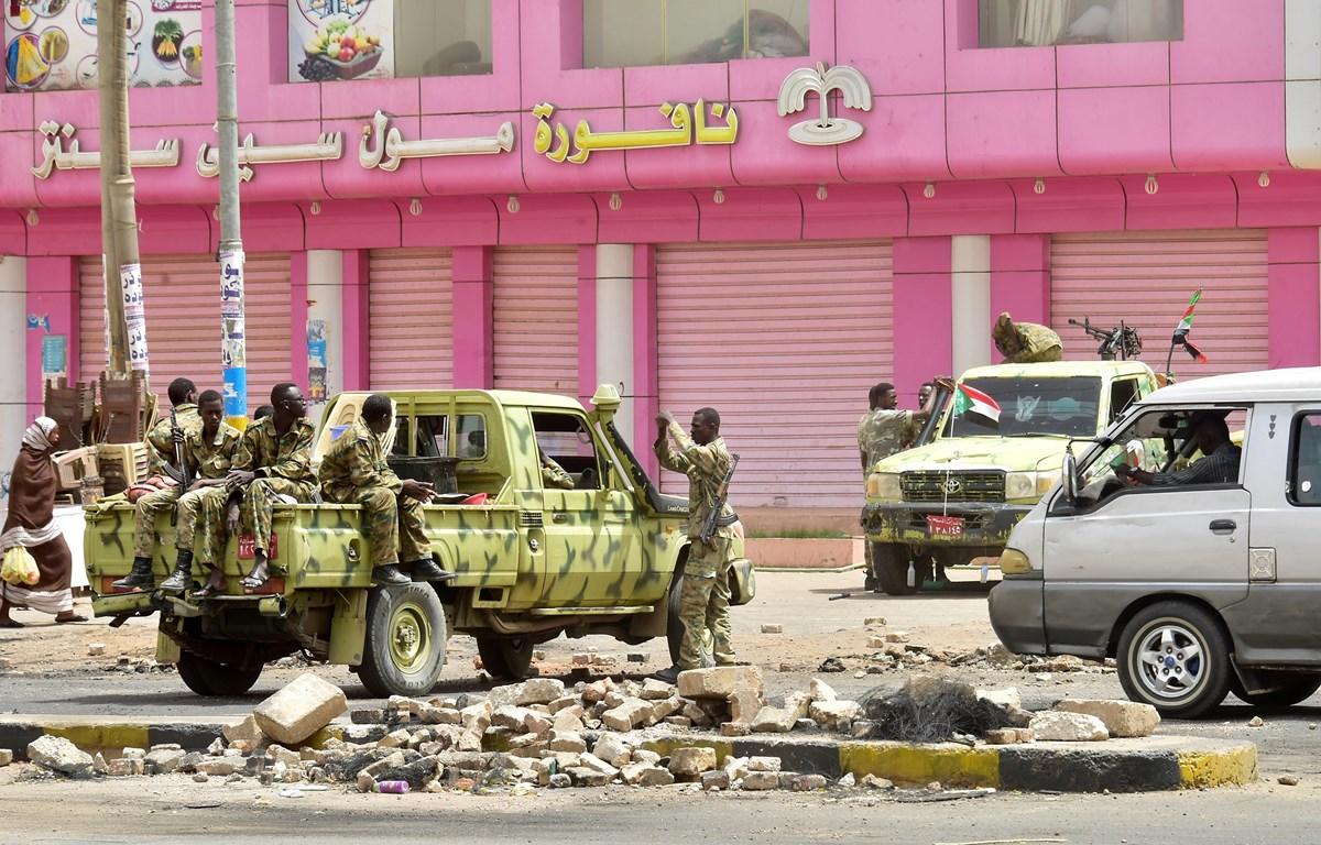 Binh sỹ Sudan gác tại Khartoum. (Ảnh: AFP/TTXVN)