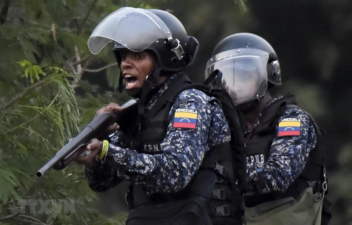 Lực lượng an ninh Venezuela triển khai gần khu vực biên giới giữa Colombia và Venezuela. (Ảnh: AFP/TTXVN)