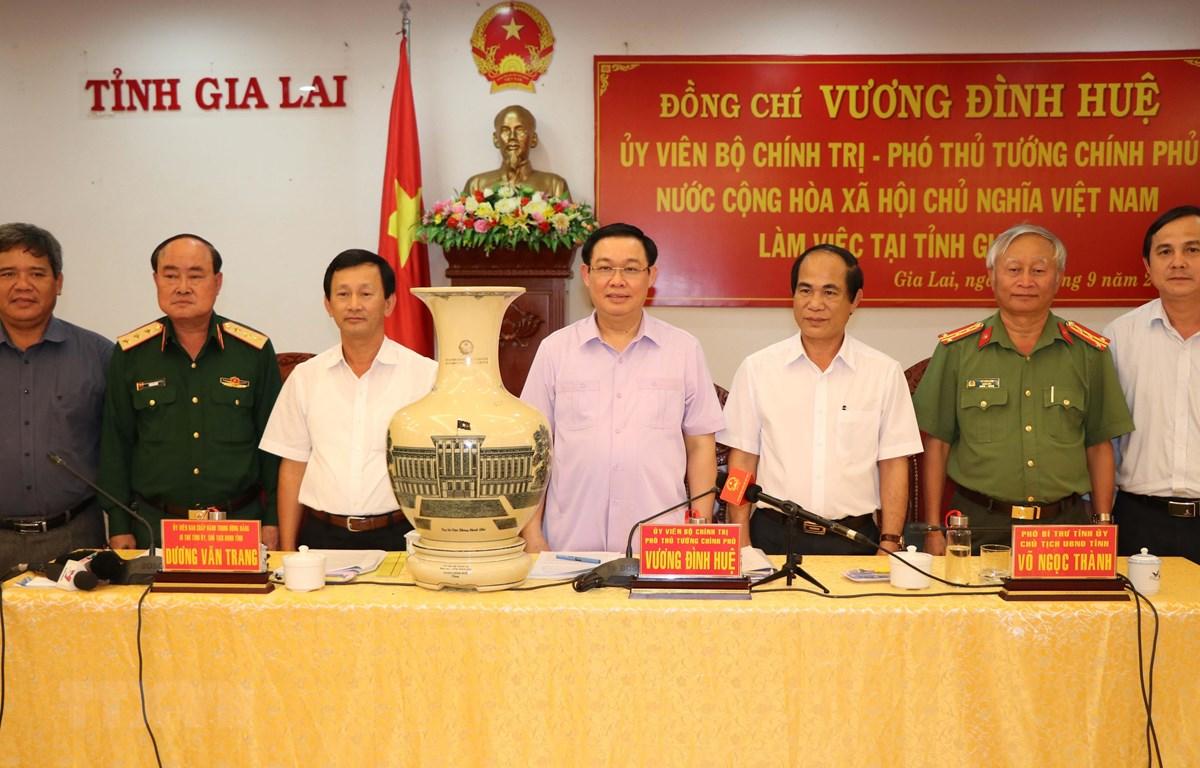Ủy viên Bộ Chính trị, Phó Thủ tướng Vương Đình Huệ và lãnh đạo chủ chốt tỉnh Gia Lai. (Ảnh: Hoài Nam/TTXVN)
