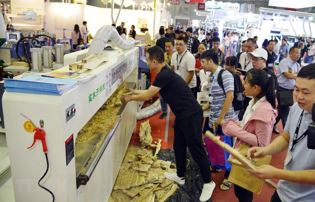 Trình diễn công nghệ chế biến gỗ tại VietnamWood 2019. (Ảnh: Xuân Anh/TTXVN)