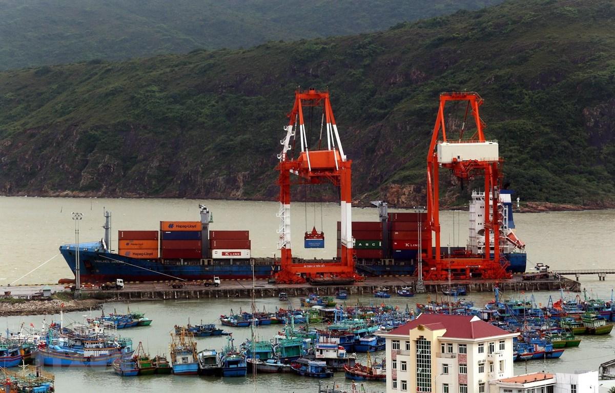 Bốc xếp hàng container tại cảng Quy Nhơn (Bình Định). (Ảnh: Huy Hùng/TTXVN)