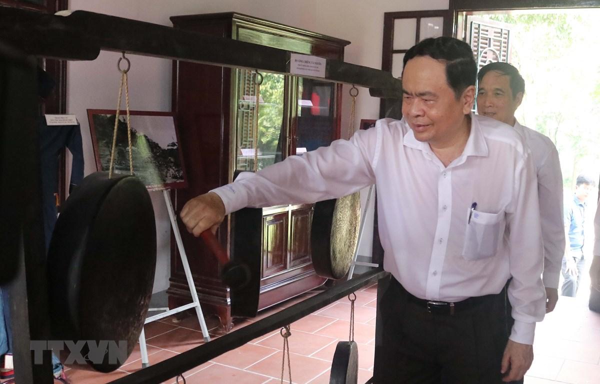 Chủ tịch Ủy ban Trung ương Mặt trận Tổ quốc Việt Nam Trần Thanh Mẫn tham quan, trưng bày hiện vật trong Nhà Đại đoàn kết dân tộc, Khu di tích lịch sử Đền Hùng. (Ảnh: Tạ Toàn/TTXVN)
