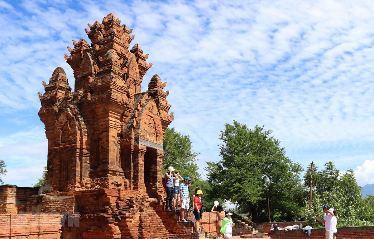 Du khách tham quan, chụp ảnh lưu niệm tại tháp Po Klong Garai. (Ảnh: Nguyễn Thành/TTXVN)