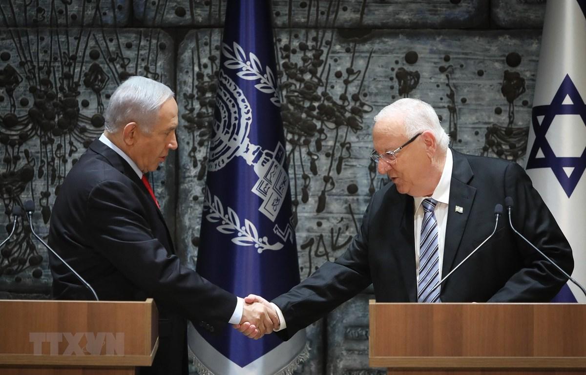 Tổng thống Israel Reuven Rivlin (phải) và Thủ tướng Benjamin Netanyahu (trái). (Ảnh: THX/TTXVN)
