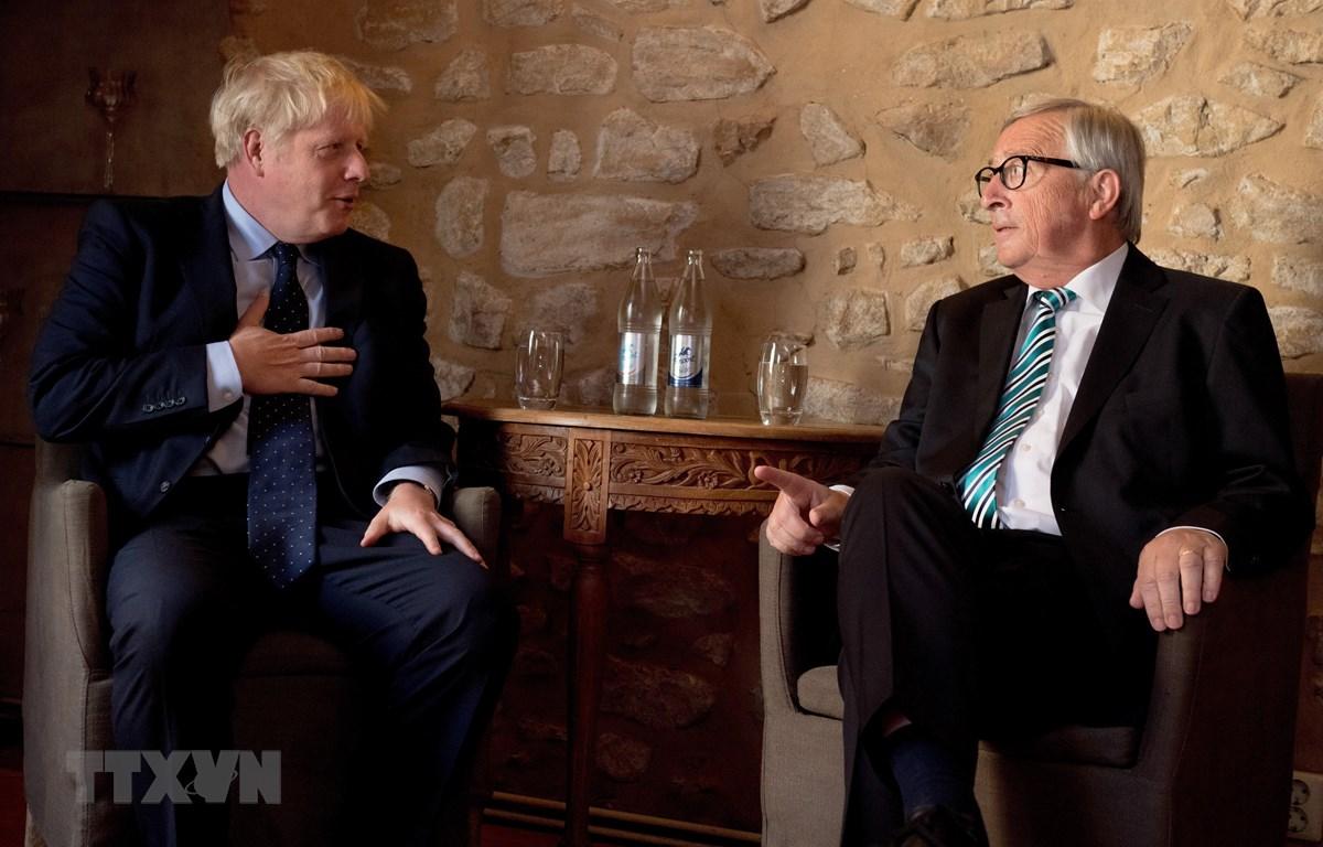 Thủ tướng Anh Boris Johnson (trái) trong cuộc gặp Chủ tịch Ủy ban châu Âu Jean-Claude Juncker (phải) tại Luxembourg ngày 16/9/2019. (Ảnh: THX/TTXVN)