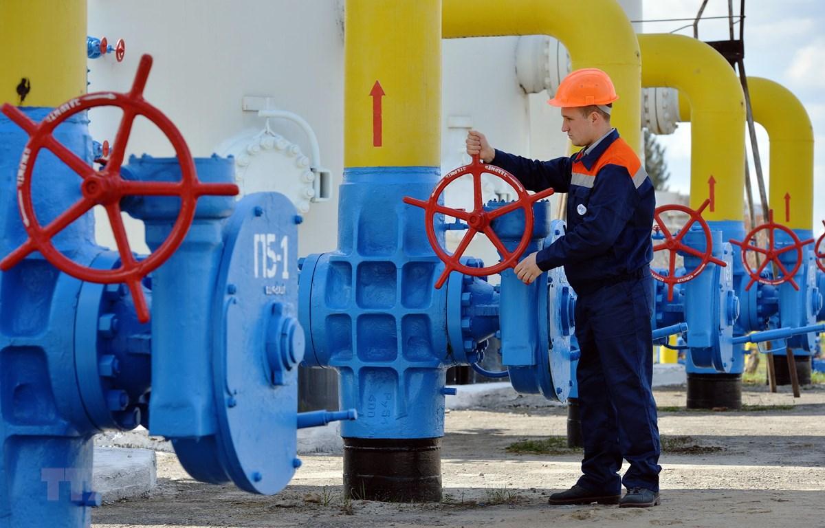 Công nhân vận hành hệ thống đường ống dẫn khí đốt tại thị trấn Boyarka, vùng Kiev. (Ảnh: AFP/TTXVN)