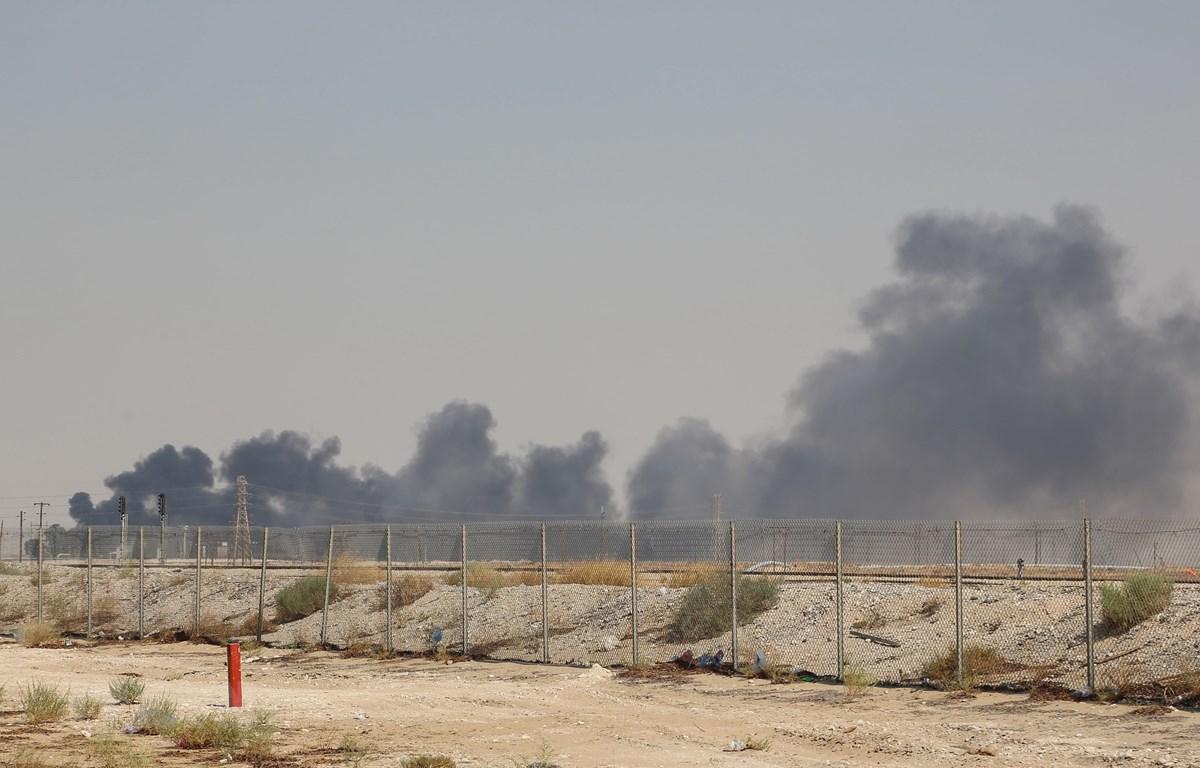 Khói bốc lên từ nhà máy lọc dầu Aramco ở Abqaiq, miền Đông Saudi Arabia sau vụ tấn công ngày 14/9/2019. (Ảnh: AFP/TTXVN)