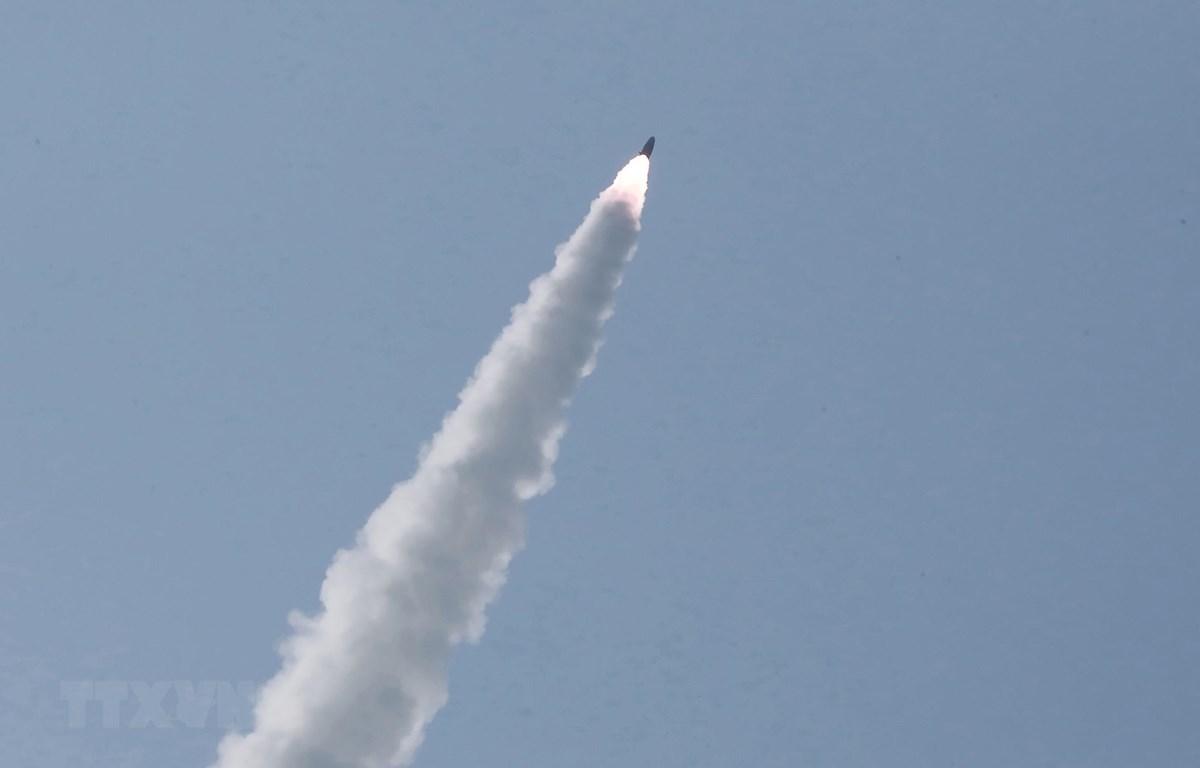 (Ảnh tư liệu, do Hãng thông tấn Trung ương Triều Tiên đăng phát): Một vụ phóng thử vũ khí tại địa điểm không xác định của Triều Tiên ngày 5/5/2019. (Ảnh: AFP/TTXVN)